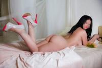 пышная проститутка в лабутенах на кровати